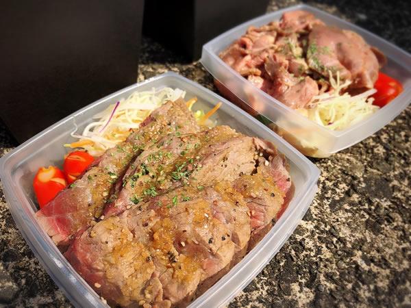ステーキ弁当<br /> (奥の写真は肉2倍) 800円<br /> 1,300円(肉二倍)<br />